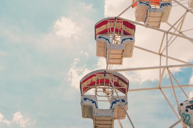 Roda gigante no céu nublado com vintage em tons.