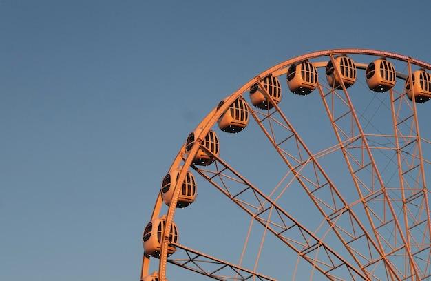Roda gigante no fundo do céu azul