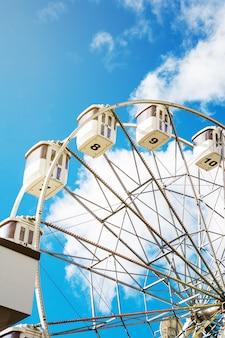 Roda-gigante no fundo do céu azul