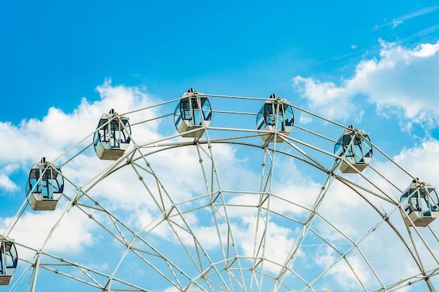 Roda gigante no fundo do céu nublado