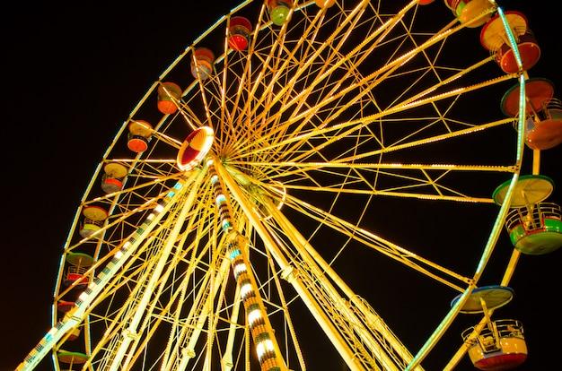 Roda gigante no siam canival à noite