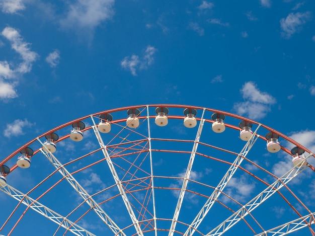 Roda gigante sob o céu azul, batumi, geórgia