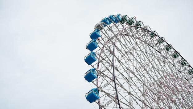 Roda gigante sobre fundo de céu azul