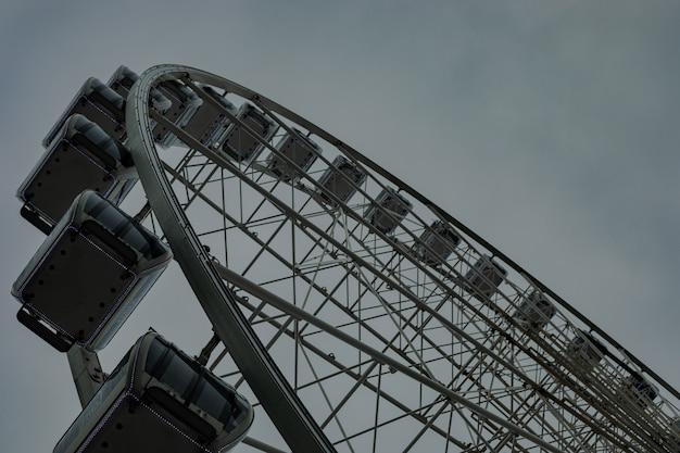 Roda gigante vazia durante um dia nublado e chuvoso em um parque