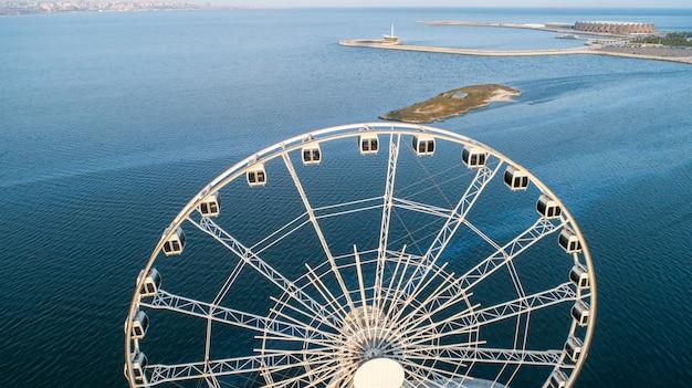 Roda gigante vista para o mar