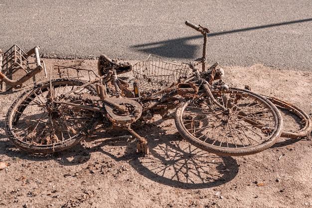 Roda velha enferrujada arrancada do lago
