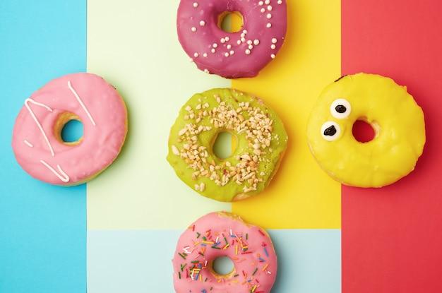 Rodada diferentes donuts com granulado
