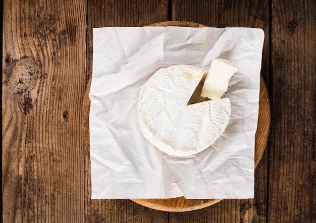 Rodada e seção de queijo camembert na mesa