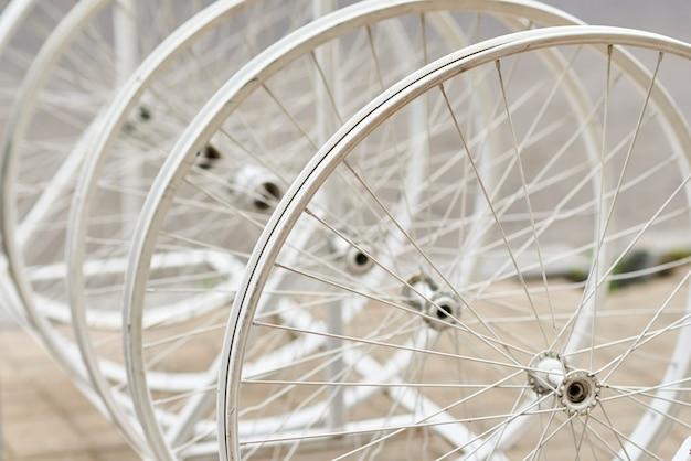 Rodas de bicicleta com raios em uma perspectiva como decoração
