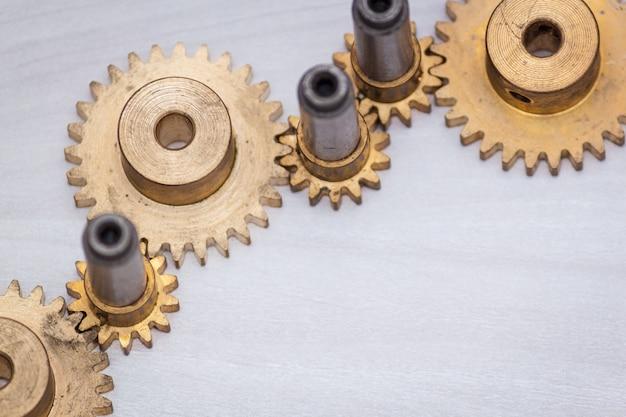 Rodas de engrenagem do metal do motor em fundo de madeira.