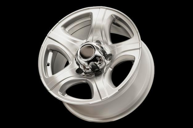 Rodas de liga leve em um fundo preto. novas peças de reposição para o carro ou ajuste do carro.