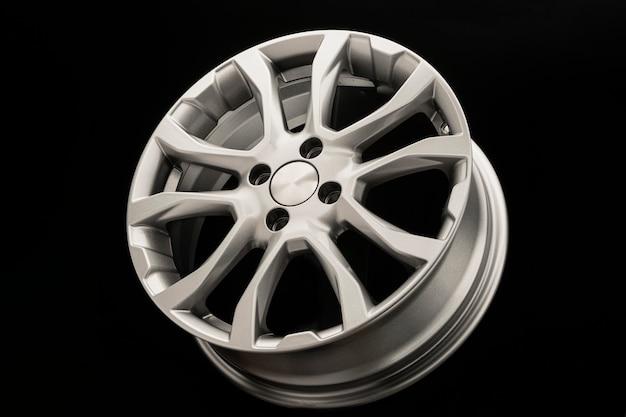 Rodas de liga leve em uma mesa preta. novas peças de reposição para o carro ou ajuste do carro
