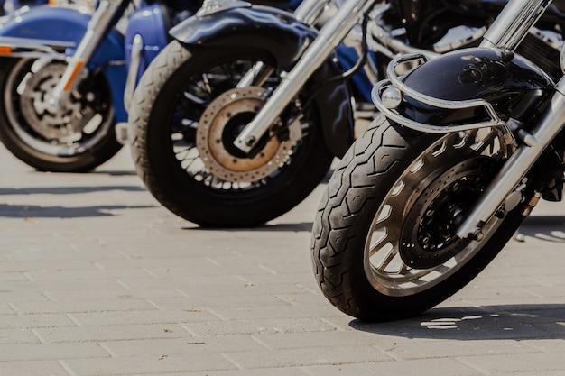 Rodas de motocicletas na estrada