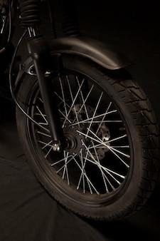 Rodas de uma moto de estilo racer café