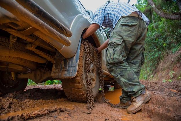 Rodas do carro na lama na floresta, off-road