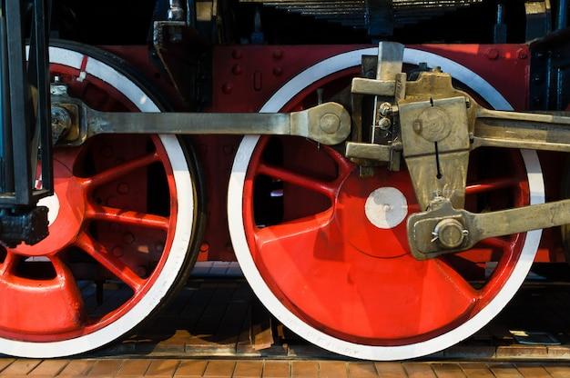 Rodas vermelhas de uma velha locomotiva a vapor