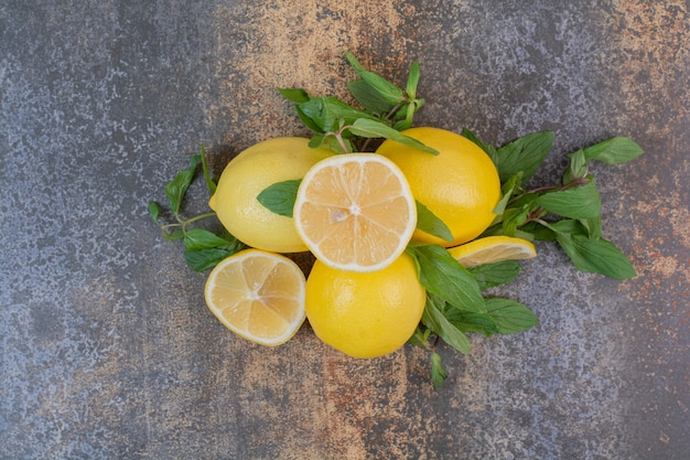 Rodelas de limão com hortelã na superfície da pedra