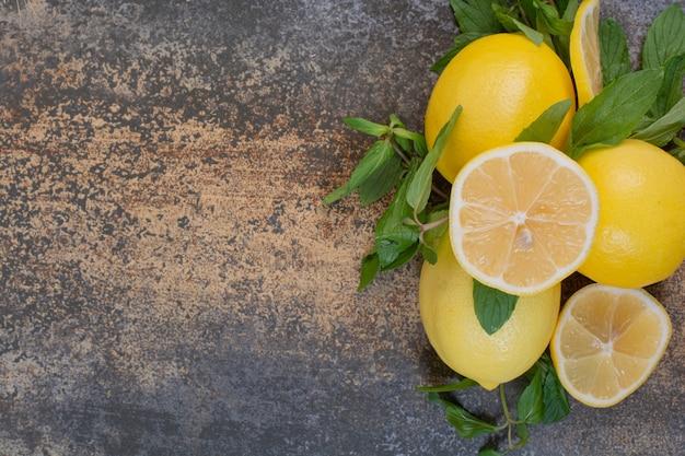Rodelas de limão com hortelã no espaço de mármore