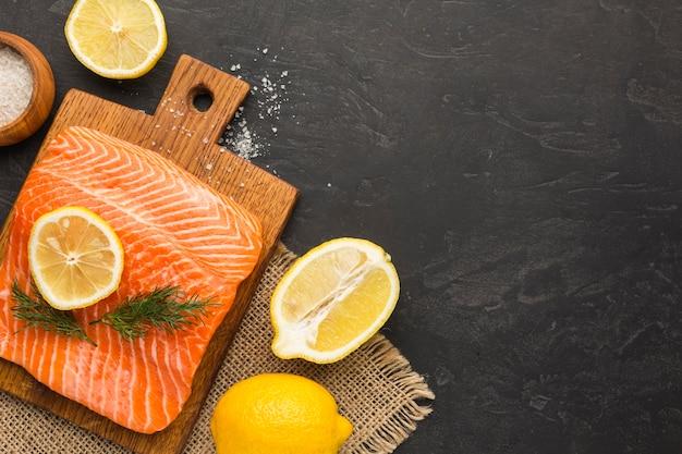 Rodelas de limão e moldura de salmão