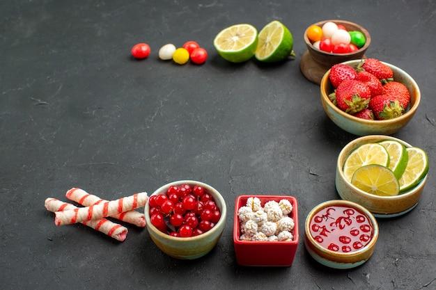 Rodelas frescas de limão com doces e frutas