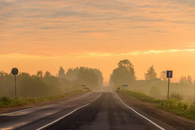 Rodovia ao amanhecer. estrada bonita. paisagem da estrada. viajar de carro.