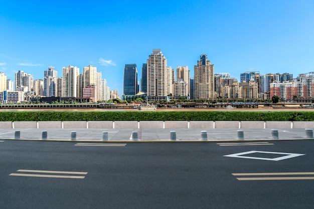 Rodovia asfaltada e prédios urbanos