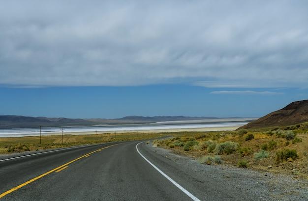 Rodovia dos eua com instruções para chegar à rodovia elevada de asfalto com vista aérea panorâmica