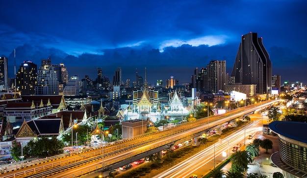 Rodovia e skyling na zona comercial de bangkok, tailândia