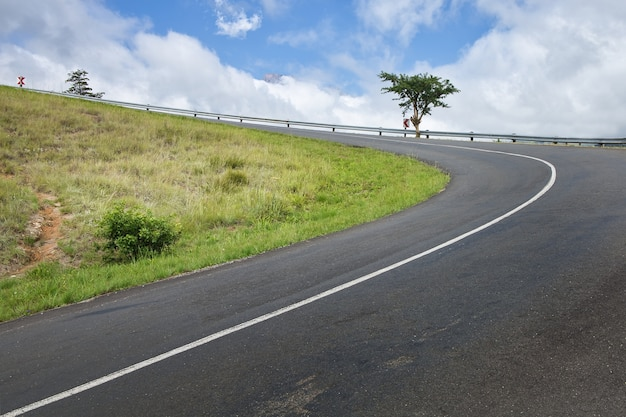 Rodovia em curva através de passagem na montanha