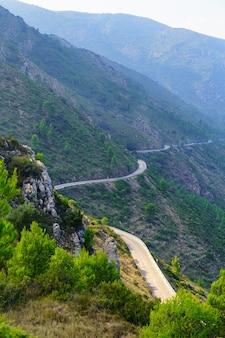 Rodovia fazendo curvas ao longo das encostas da montanha. espanha.