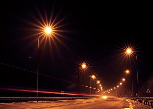 Rodovia gratuita à noite fora da cidade. vista do topo.