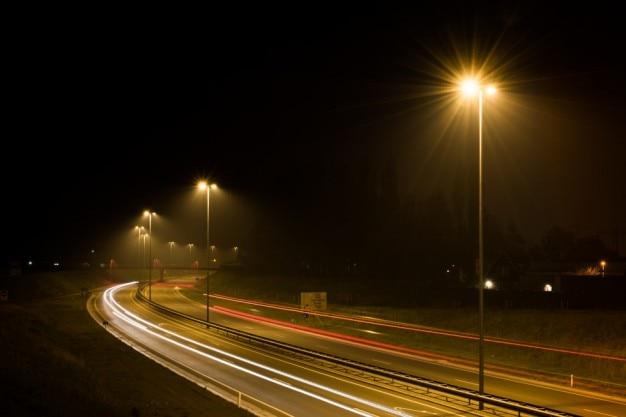 Rodovia iluminada à noite