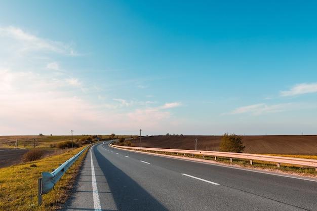 Rodovia rápida através do campo. estrada asfaltada
