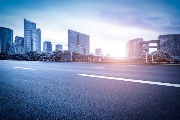 Rodovia vazia com a paisagem urbana da china