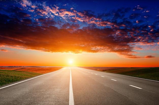 Rodovias de asfalto e montanhas sob o céu azul