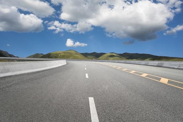 Rodovias vazias e montanhas distantes