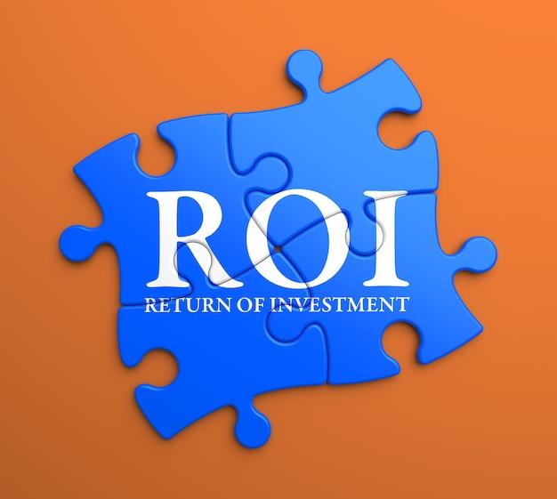 Roi - retorno do investimento - escrito nas peças do puzzle azul. conceito de negócios.
