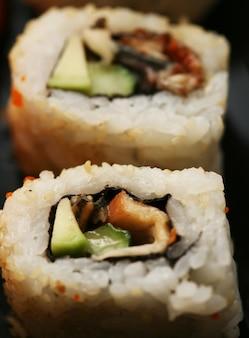 Rola com camarão, caranguejo e abacate
