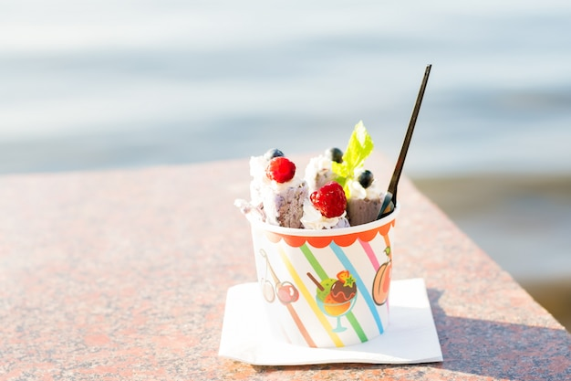 Rolado sorvete com frutas.