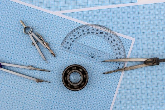 Rolamento com divisor em papel milimetrado azul close-up