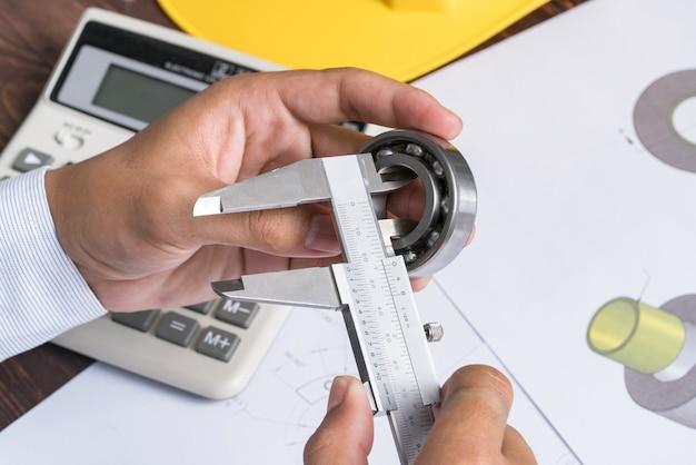 Rolamento e pinça no desenho de engenharia mecânica
