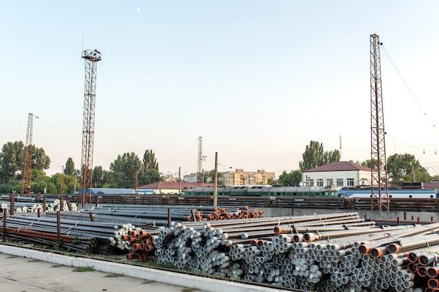Rolamentos de metal, tubos dobrados em um armazém ferroviário estão sendo preparados para embarque,