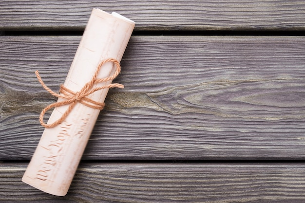 Role a carta na mesa de madeira. colocação plana do close-up.