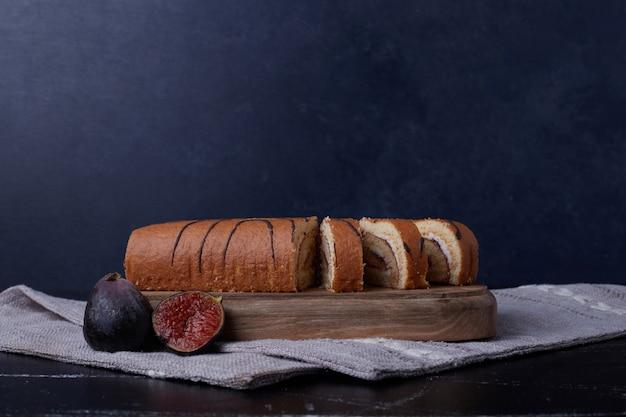 Role as fatias de bolo em uma placa de madeira.
