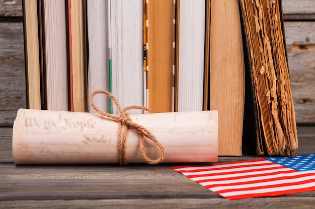 Role com livros e a bandeira dos eua. conceito de declaração de independência.