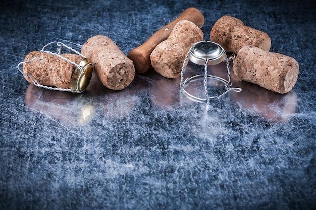 Rolha de champanhe plugues de metal torcido fio saca-rolhas comida bebida conceito