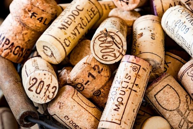 Rolhas de cortiça velha de vinhos franceses em uma cesta de arame