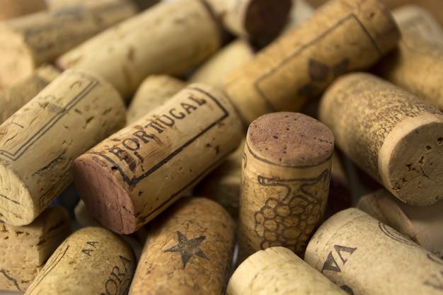 Rolhas de vinho com o mundo portugal em cortiça de primeiro plano