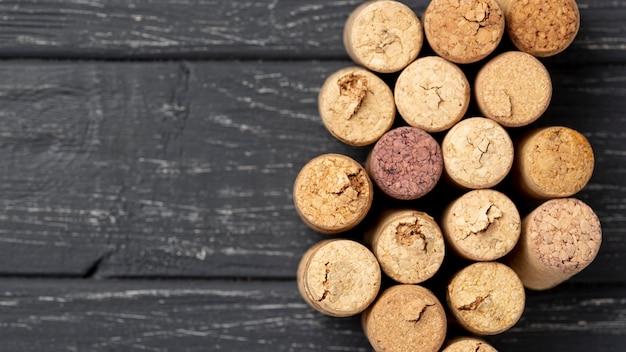 Rolhas de vinho de cópia-espaço na mesa