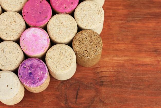 Rolhas de vinho em close-up de mesa de madeira